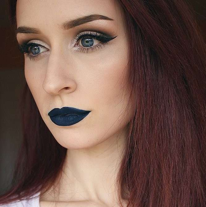 labbra-con-rossetto-blu-navy